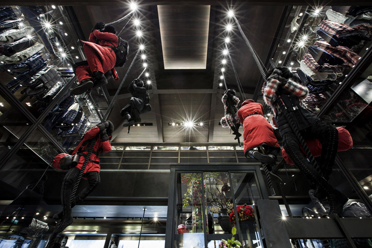Moncler flagship store in paris opened its doors yesterday for Showroom moncler milano