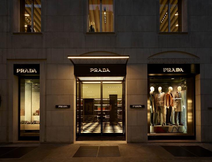 New look for prada store in via monte napoleone for Milano design shop
